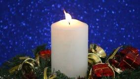 Schöne Weihnachtsdekorationen mit brennender Kerze stock video