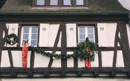 Schöne Weihnachtsdekorationen spielt auf den Fenstern in Colmar, F Lizenzfreies Stockbild