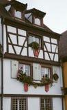 Schöne Weihnachtsdekorationen spielt auf den Fenstern in Colmar, F Stockbild