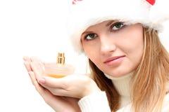 Schöne Weihnachtsfrau im Sankt-Hut mit Duftstoff Stockbilder