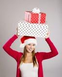 Schöne Weihnachtsfrau mit Geschenk stockfoto