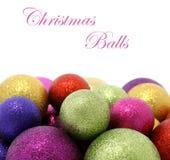 Schöne Weihnachtskugeln auf Weiß stockfotografie