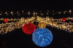 Schöne Weihnachtslichter, die an der Straße, Löwen Belgien hängen stockbild