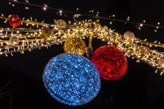 Schöne Weihnachtslichter, die an der Straße, Löwen Belgien hängen lizenzfreies stockbild
