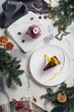 Schöne Weinlese-neues Jahr-Tabelle mit Nachtisch-Draufsicht stockfotografie