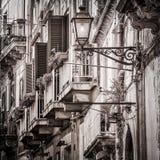 Schöne Weinlesebalkone und Straßenlaterne in altem Mittelmeer stockbild