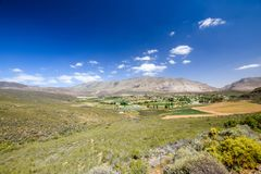 Schöne Weitwinkelansicht von Barrydale, gelegen auf der Grenze der Karooregionen Overberg und Klein stockfotografie