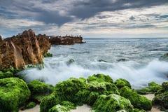 Schöne Welle und Felsen Stockfoto