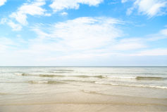 Schöne Wellen auf dem weißen Sand stockfotografie