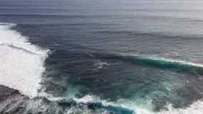 Schöne Wellen des Ozeans stock video