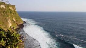 Schöne Wellen des Ozeans nähern sich felsigem Berg stock video