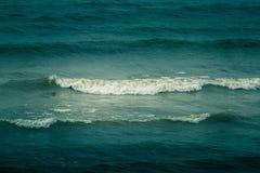 Schöne Wellen, die auf dem Ufer von Ostsee brechen Stockfotos