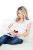 Schöne werdende Mutter mit einer Kreditkarte Lizenzfreie Stockfotografie