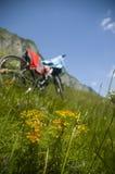 Schöne Wiese mit Fahrrad und Kleidung Lizenzfreie Stockbilder