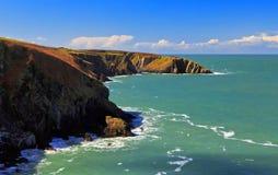 Schöne wilde und schroffe Pembrokeshire-Küstenlinie stockbild