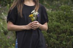 Schöne Wildflowers in den Händen Lizenzfreie Stockfotografie