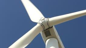 Schöne Windkraftanlagen, die Strom mit Hintergrund des blauen Himmels in Thailand erzeugen stock video footage