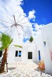 Schöne Windmühle hergestellt vom Holz vor der Hütte unter Blau Stockfotos