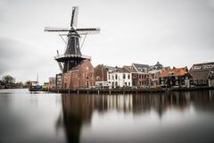Schöne Windmühlenansicht vom Haarlem-Stadtzentrum an einem bewölkten Tag Stockbilder