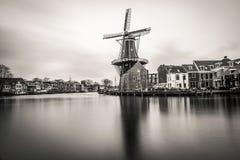 Schöne Windmühlenansicht vom Haarlem-Stadtzentrum an einem bewölkten Tag Lizenzfreies Stockbild