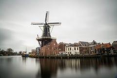 Schöne Windmühlenansicht vom Haarlem-Stadtzentrum an einem bewölkten Tag Lizenzfreie Stockfotos