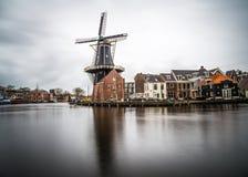 Schöne Windmühlenansicht vom Haarlem-Stadtzentrum an einem bewölkten Tag Stockbild