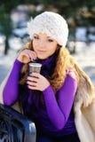 Schöne Winterfrau haben Spaß im Winterpark Stockfotos