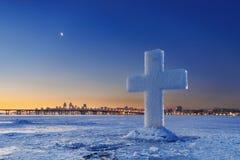 Schöne Winterlandschaft mit Eis-Kreuz auf gefrorenem Fluss an der Dämmerung Lizenzfreies Stockfoto
