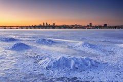 Schöne Winterlandschaft mit gefrorenem Fluss an Dämmerung II Stockfotografie