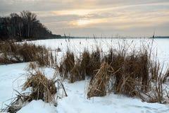 Schöne Winterlandschaft mit gefrorenem See- und Sonnenunterganghimmel Lizenzfreies Stockbild