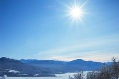 Schöne Winterlandschaft mit Schnee bedeckte Baumsonne Stockbild