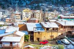 Schöne Winterlandschaft mit Schnee bedeckte Kakopetria-Dorf lizenzfreies stockfoto