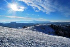 Schöne Winterlandschaft mit Schnee-mit einer Kappe bedeckten Bergen Lizenzfreies Stockbild