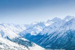 Schöne Winterlandschaft mit schneebedeckten Bergen Stockbild