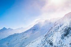 Schöne Winterlandschaft mit schneebedeckten Bergen Lizenzfreie Stockfotografie