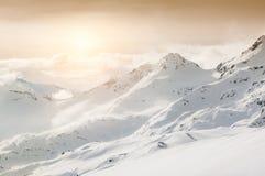 Schöne Winterlandschaft mit schneebedeckten Bergen Stockfotografie