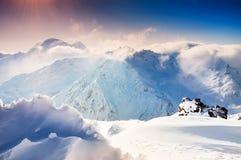 Schöne Winterlandschaft mit schneebedeckten Bergen Lizenzfreie Stockfotos