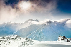 Schöne Winterlandschaft mit schneebedeckten Bergen bei Sonnenuntergang Lizenzfreie Stockfotografie