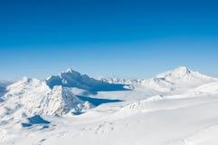 Schöne Winterlandschaft mit schneebedeckten Bergen und Blau Stockbilder