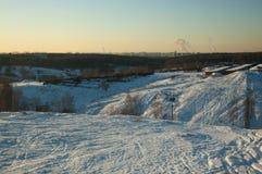 Schöne Winterlandschaft mit schneebedeckten Hügeln bei Sonnenuntergang Stockbild