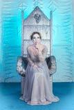 Schöne Winterschneekönigin auf Thron lizenzfreie stockfotografie