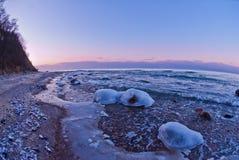 Schöne Winterseelandschaft bei Sonnenuntergang Stockfotografie