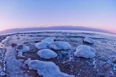 Schöne Winterseelandschaft bei Sonnenuntergang Lizenzfreies Stockfoto