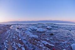 Schöne Winterseelandschaft bei Sonnenuntergang Lizenzfreie Stockfotografie