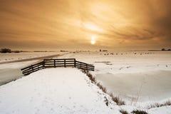 Schöne Winterwindmühlenlandschaft lizenzfreies stockbild