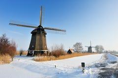 Schöne Winterwindmühlenlandschaft lizenzfreie stockbilder