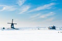 Schöne Winterwindmühlenlandschaft stockfotografie