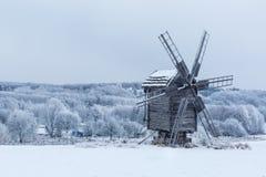 Schöne Winterwindmühlenlandschaft in Ukraine Lizenzfreie Stockfotos
