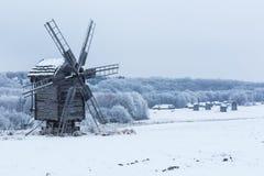Schöne Winterwindmühlenlandschaft in Ukraine Lizenzfreie Stockfotografie