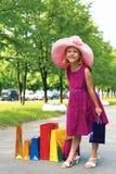 schöne withshopping Taschen des kleinen Mädchens Stockbild